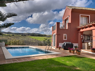 Villa for sale in La Duquesa Golf, Manilva