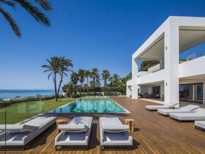 Outstanding first line beach luxury mansion in El Paraiso Barronal - Estepona - New Golden Mile