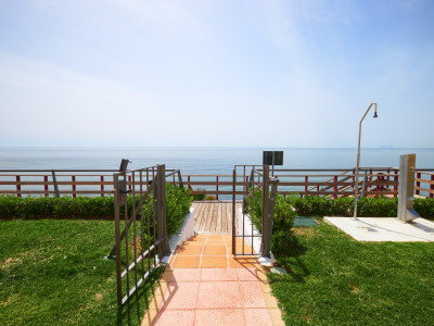 Fully renovated townhouse on a beachfront complex for sale on the New Golden Mile – Estepona