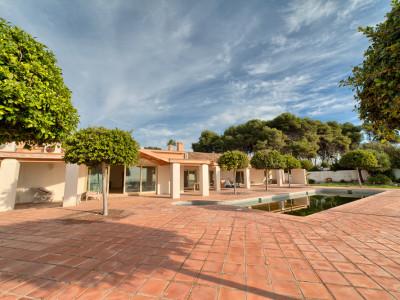 Villa en venta en Benamara, Estepona