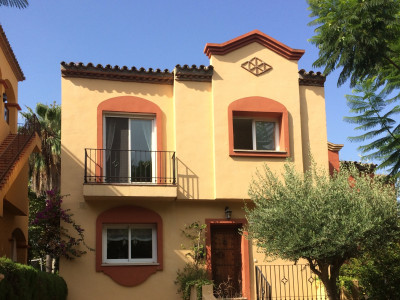 Town House for sale in La Alzambra, Nueva Andalucia