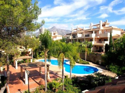 Nueva Andalucia, Spacious townhouse for sale in Nueva Andalucia with golf and sea views