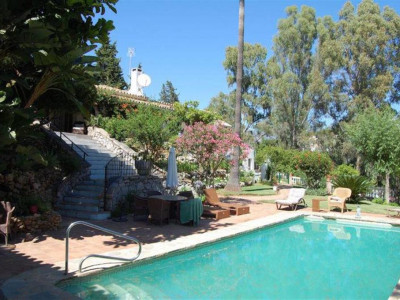 Benahavis, Pretty rustic style villa for sale in Benahavis with a private guest house