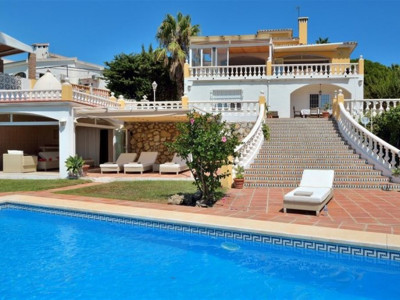 Benalmadena, Quality frontline golf villa for sale in Torrequebrada in Benalmadena Costa