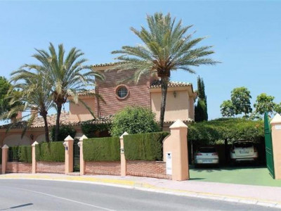 Mijas Costa, Rustic style frontline golf villa in Calahonda in Mijas Costa with private wine bodega