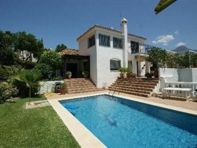 Nueva Andalucia, Pretty villa in the Nueva Andalucia golf valley just behind Puerto Banus