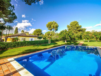 Marbella East, Cozy villa for sale in Marbella East close the well known Los Monteros hotel