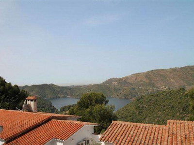 Istan, Two semi-detached villas for sale in Istan with views over the La Concepción lake