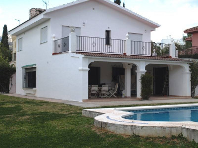 Marbella, Cute beachside 4 bed villa in Marbella Golden Mile
