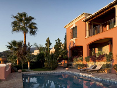 Mijas Costa, Beautiful villa for sale in Mijas Costa overlooking a hole on the golf course