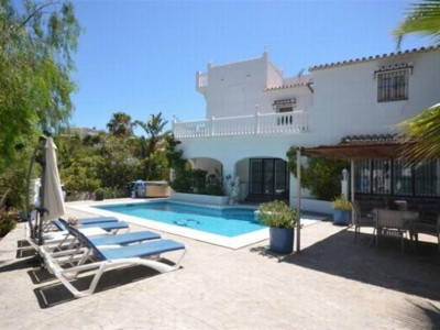 Mijas Costa, Great villa for sale in El Faro in Mijas Costa just 500 metres from the beach