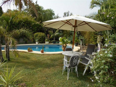 Mijas Costa, Beautiful villa for sale in Calahonda in Mijas Costa set on a private plot