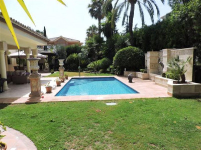 Estepona, Beautiful villa for sale on the beachside of the New Golden Mile in Estepona