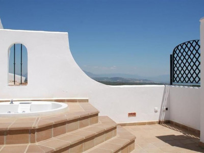 Alcaidesa, New frontline golf apartment in Alcaidesa with stunning sea and golf views