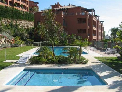Benahavis, Stunning penthouse in Benahavis with panoramic views of golf lake and sea