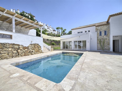 Nueva Andalucia, Spacious villa for sale in Nueva Andalucia in an exclusive gated urbanisation
