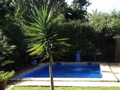Estepona, Encantador casa en venta en El Paraiso en Estepona con un apartamento independiente para invitados