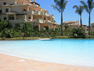Benahavis, Bright apartment for sale in Benahavis with golf lake and mountain views
