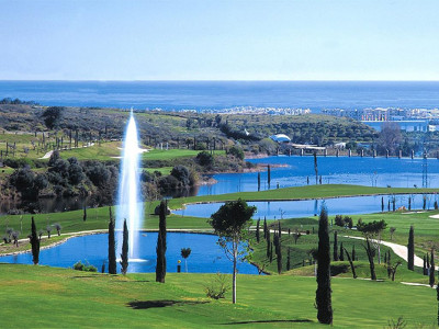 Benahavis, Quality first floor apartment in Benahavis with panoramic golf lake and sea views