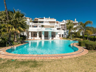 Benahavis, Spacious duplex penthouse apartment in Benahavis with views of the golf course and sea