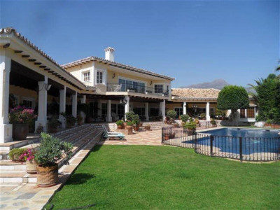 Nueva Andalucia, Luxury 8 bedrooms villa for sale in Nueva Andalucia set in a large private plot with sea views