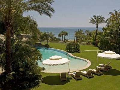 Marbella Golden Mile, Magnificent beachfront mansion for sale on the Marbella Golden Mile with stunning sea views