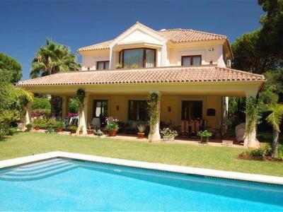 Marbella East, Elegant villa in Marbella east in a prestigious urbanisation with sea views