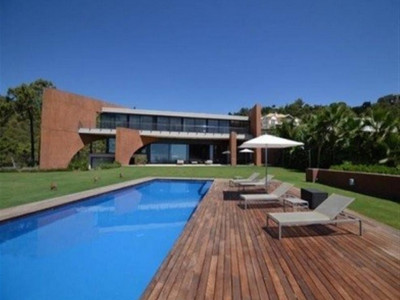 Benahavis, Contemporary villa in Benahavis with panoramic views of the golf course and sea