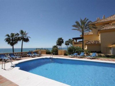 Marbella East, Quality beachfront apartment in Marbella east in a popular golf resort