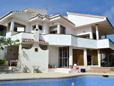 Benalmadena, Family villa for sale in Arroyo de la Miel in Benalmadena set in a tranquil plot