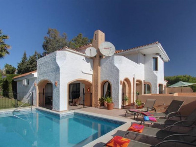 Nueva Andalucia, Luxury villa for sale in Nueva Andalucia with fantastic sea and coastal views