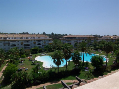 Nueva Andalucia, Penthouse apartment for sale in Nueva Andalucia a 5 minute walk from Puerto Banus