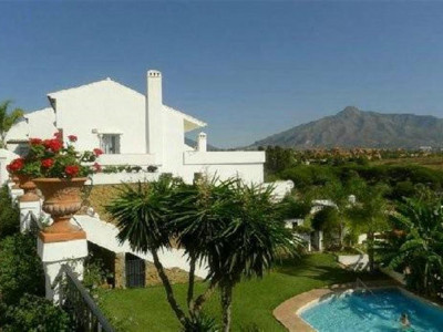 Nueva Andalucia, Duplex apartment for sale in Nueva Andalucia with walking distance to the beach