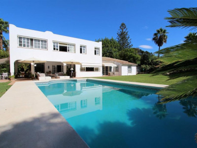 Estepona, Delightful villa for sale in Estepona just metres from the beach