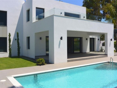 Estepona, Contemporary style villa for sale in the New Golden Mile in Estepona with sea views