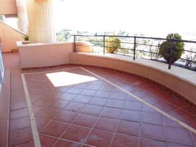 Nueva Andalucia, Spacious apartment for sale in Nueva Andalucia with stunning panoramic views