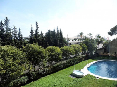 Nueva Andalucia, Spacious apartment for sale in Nueva Andalucia within walking distance to Puerto Banus