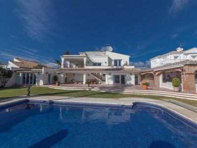 Estepona, Excellent family villa for sale in Estepona with views of the sea and coastline to Gibraltar