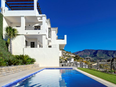 Benahavis, Spacious town house in Benahavis  in a private estate with panoramic views of the coast
