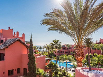 Estepona, Elegante atico primera linea de playa en venta en la exclusiva Torre Bermeja en Estepona