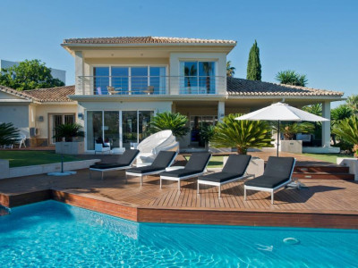 Nueva Andalucia, Stunning villa for sale on a large plot in the Nueva Andalucia golf valley