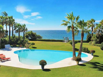 Estepona, Magnificent front line beach villa for sale in El Paraiso in Estepona
