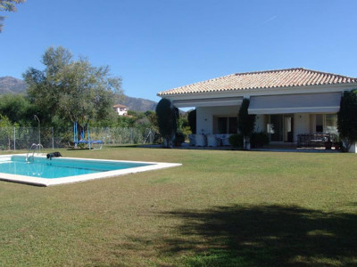 Marbella Golden Mile, Lovely villa for sale in the heart of the Marbella Golden Mile with sea views