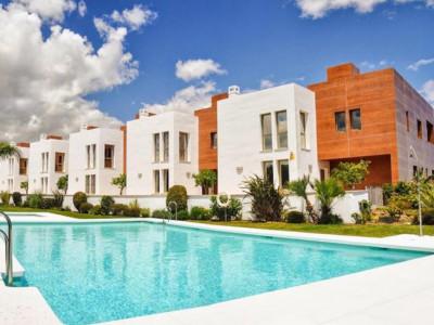 Benahavis, Amplio casa adosada contemporánea en venta en Benahavis con vistas panorámicas de la costa