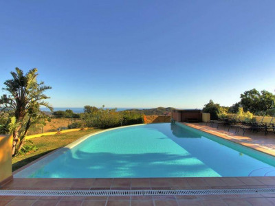 Marbella East, Lovely villa for sale in Marbella east with stunning views of the Mediterranean