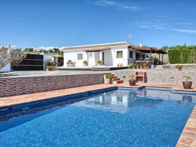 Estepona, Lovely fully renovated charming villa on a big plot, with nice sea views, in Estepona