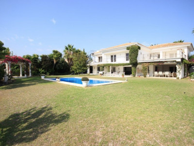 Estepona, Classic five bedroom villa for sale in El Paraiso Barronal, Estepona