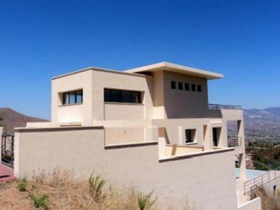 Marbella East, Bank repossession villa for sale in Marbella east with stunning panoramic views