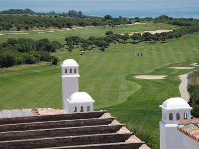 Alcaidesa, Beautiful frontline golf apartment in Alcaidesa with panoramic sea and golf views
