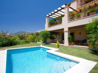 Nueva Andalucia, Spacious groundfloor apartment with private garden and pool